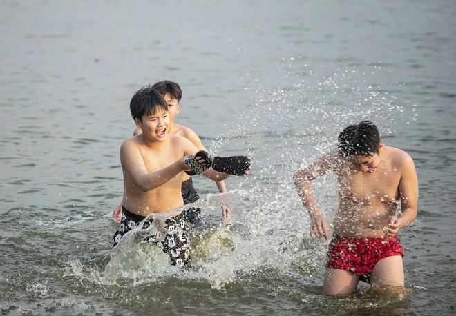 Nhiều người đưa chó cưng ra Hồ Tây cùng tắm để giải nhiệt ngày nắng nóng - Ảnh 23.