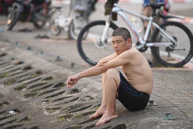 Nhiều người đưa chó cưng ra Hồ Tây cùng tắm để giải nhiệt ngày nắng nóng - Ảnh 4.