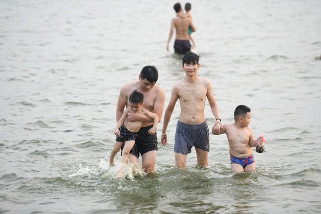 Nhiều người đưa chó cưng ra Hồ Tây cùng tắm để giải nhiệt ngày nắng nóng - Ảnh 21.