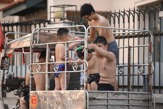 Nhiều người đưa chó cưng ra Hồ Tây cùng tắm để giải nhiệt ngày nắng nóng - Ảnh 17.