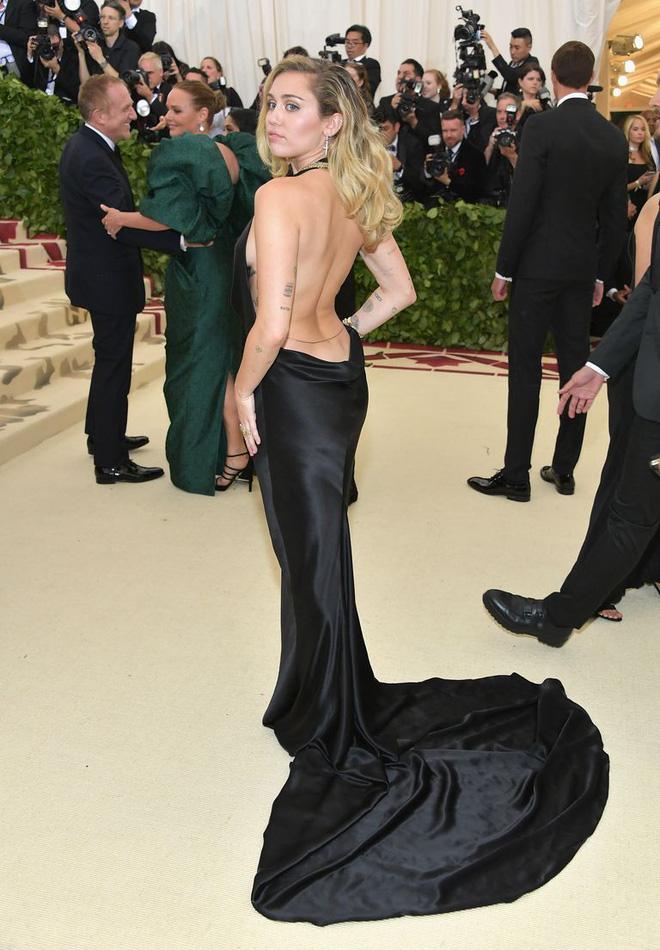 Bộ váy quá hở của Miley Cyrus gây chú ý tại thảm đỏ thời trang danh giá nhất thế giới - Ảnh 4.