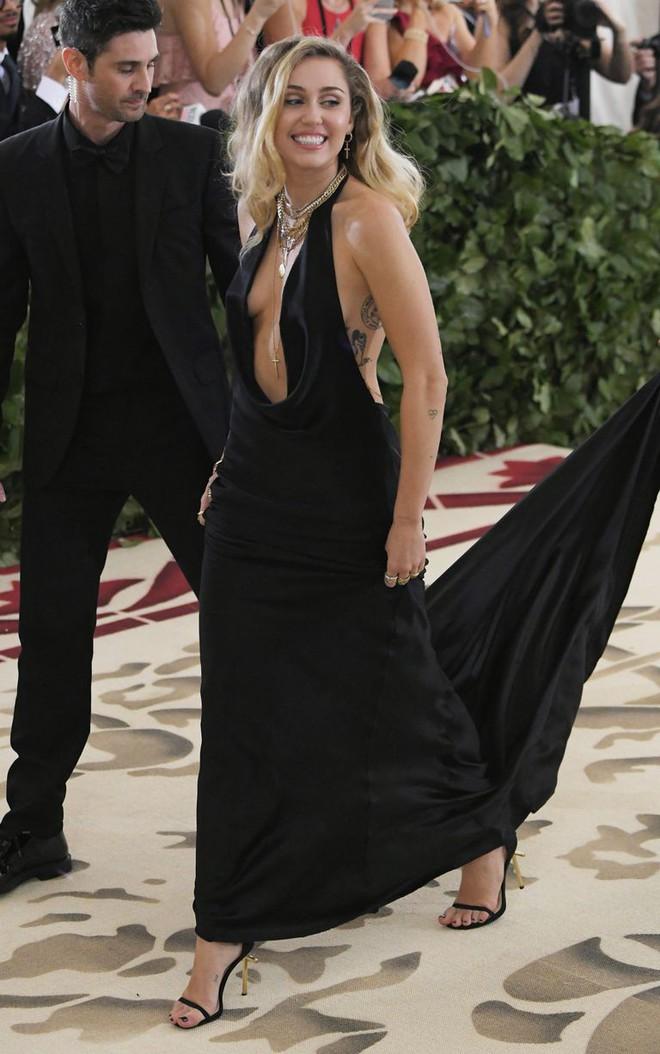 Bộ váy quá hở của Miley Cyrus gây chú ý tại thảm đỏ thời trang danh giá nhất thế giới - Ảnh 6.