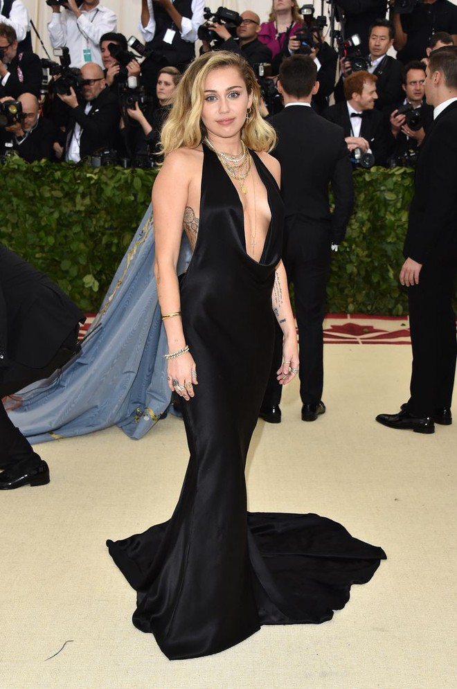 Bộ váy quá hở của Miley Cyrus gây chú ý tại thảm đỏ thời trang danh giá nhất thế giới - Ảnh 5.