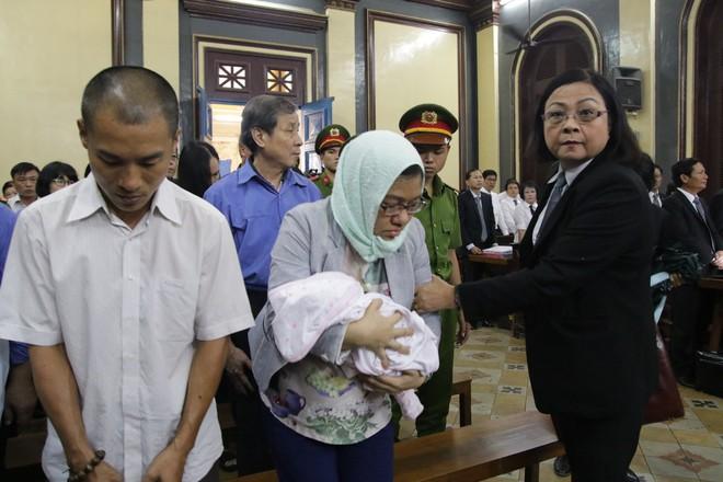 Người phụ nữ mang con sơ sinh tới tòa liên quan đến đại gia Hứa Thị Phấn như thế nào? - Ảnh 3.