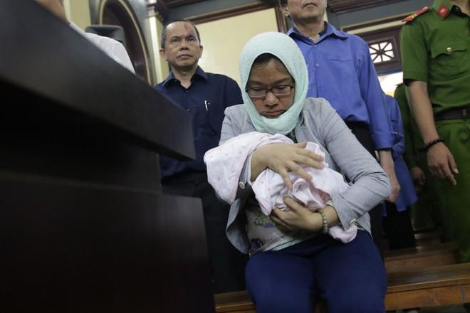 Xét xử đại gia Hứa Thị Phấn: Em bé sơ sinh cùng mẹ hầu tòa - Ảnh 1.
