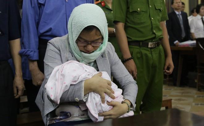 """Xét xử """"đại gia"""" Hứa Thị Phấn: Em bé sơ sinh cùng mẹ hầu tòa"""
