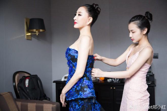 Hoa hậu Trung Quốc giả vờ ngã để gây chú ý trên thảm đỏ Cannes 2018? - Ảnh 8.