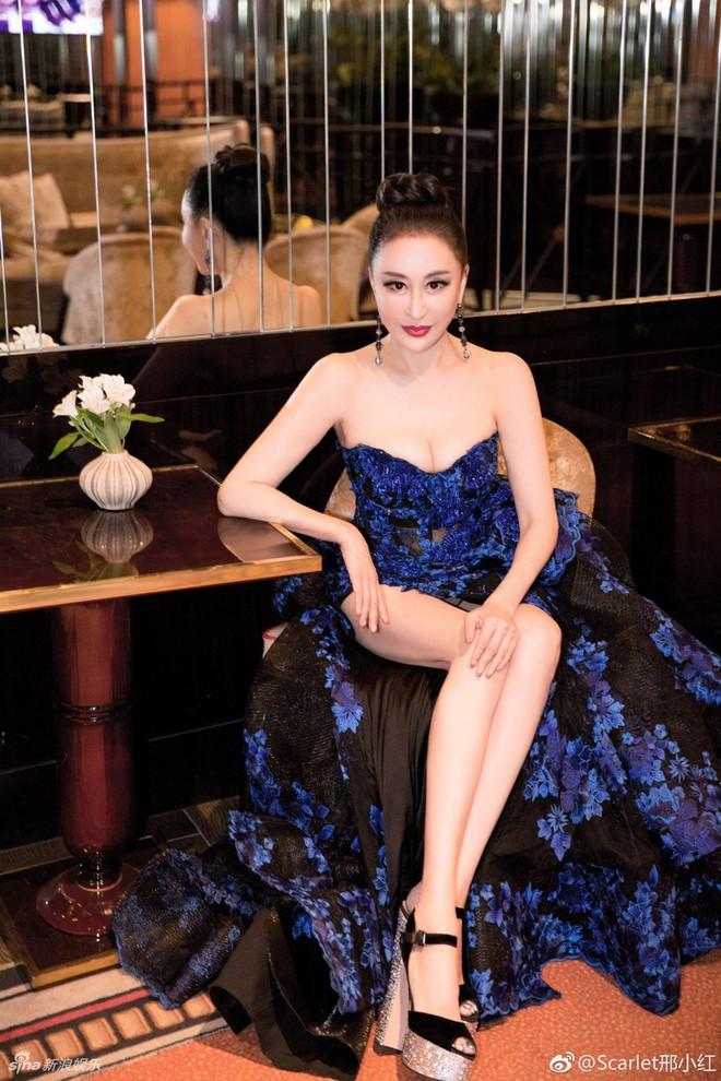 Hoa hậu Trung Quốc giả vờ ngã để gây chú ý trên thảm đỏ Cannes 2018? - Ảnh 4.