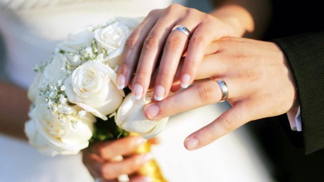 Mua nhẫn cưới rẻ tiền bị nhân viên nói kháy, cô gái chỉ nói 1 câu, đối phương phải xin lỗi - Ảnh 1.