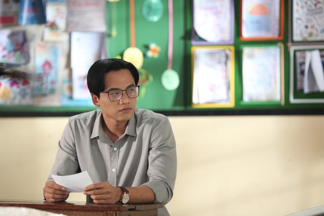Nhiều sạn vô lý trong phim Em gái mưa, đặc biệt là vai thầy giáo của Mai Tài Phến - Ảnh 4.