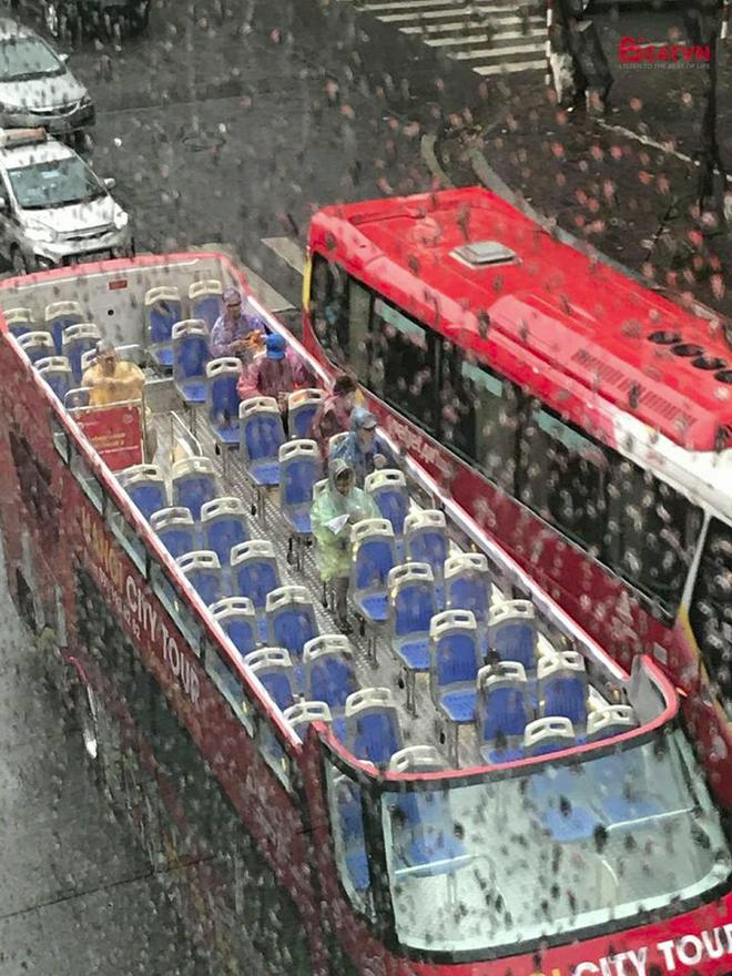 Du khách đội mũ, mặc áo mưa ngồi ngắm Hà Nội trên xe buýt 2 tầng - Ảnh 1.