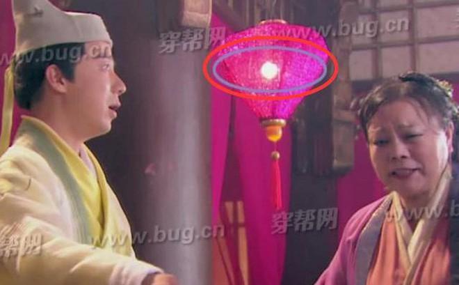 Lỗi cẩu thả trong phim cổ trang: Xuất hiện bóng đèn, vòng đu quay khổng lồ
