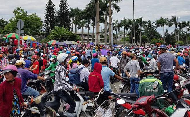 Hàng nghìn người tụ tập trước cổng KCN, thiếu tướng Phan Anh Minh có mặt tại hiện trường