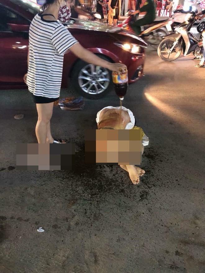 Đánh ghen kinh hoàng: Cô gái bị nhóm phụ nữ lột đồ, đổ nước mắm, muối ớt lên người giữa đường - Ảnh 2.