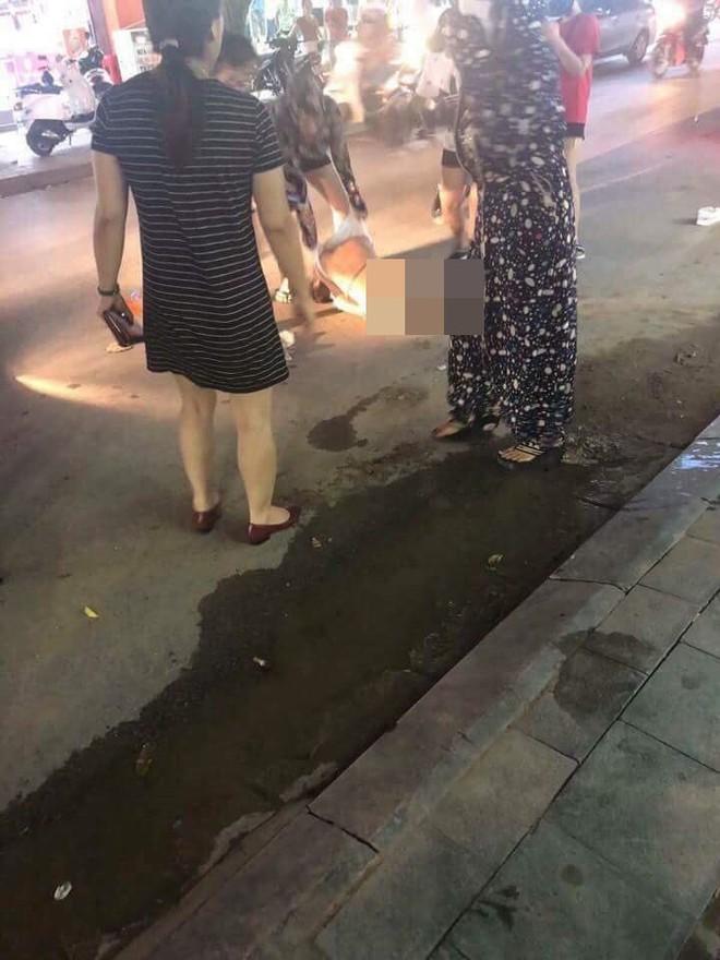 Đánh ghen kinh hoàng: Cô gái bị nhóm phụ nữ lột đồ, đổ nước mắm, muối ớt lên người giữa đường - Ảnh 1.