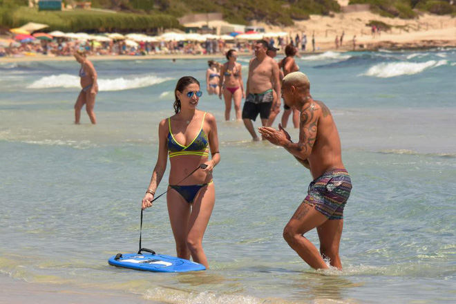 Fabregas quên sầu World Cup, bay lắc trong chuyến du hý với cô vợ nóng bỏng - Ảnh 4.