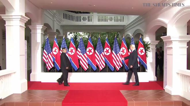 Nhiều lần bắt tay, ông Trump đều là người chủ động mời ông Kim nắm lấy tay mình - Ảnh 1.