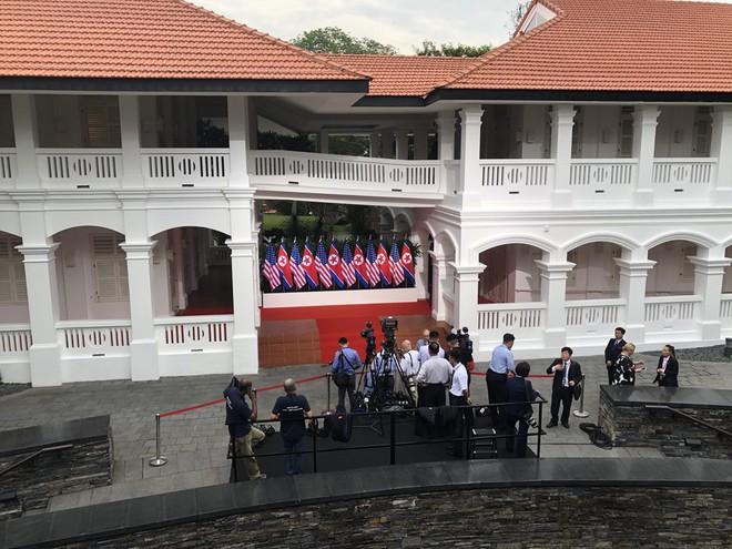 Khoảnh khắc bắt tay lịch sử giữa ông Kim Jong-un và ông Trump trước 45 phút họp kín 1-1 - Ảnh 2.