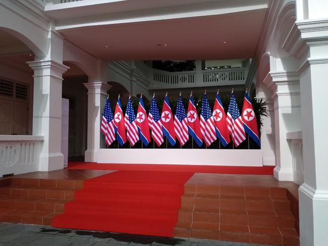 Khoảnh khắc bắt tay lịch sử giữa ông Kim Jong-un và ông Trump trước 45 phút họp kín 1-1 - Ảnh 1.