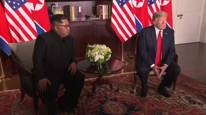Chùm ảnh: Sự tương tác thú vị giữa Tổng thống Trump và lãnh đạo Triều Tiên Kim Jong-un - Ảnh 13.