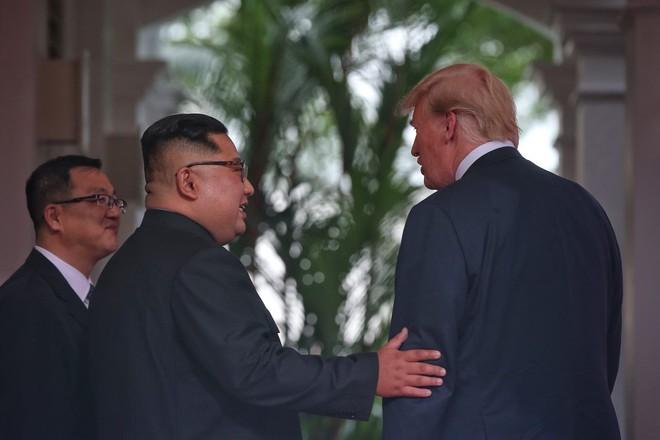 Chùm ảnh: Sự tương tác thú vị giữa Tổng thống Trump và lãnh đạo Triều Tiên Kim Jong-un - Ảnh 10.