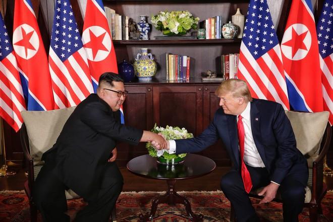 Chùm ảnh: Sự tương tác thú vị giữa Tổng thống Trump và lãnh đạo Triều Tiên Kim Jong-un - Ảnh 11.