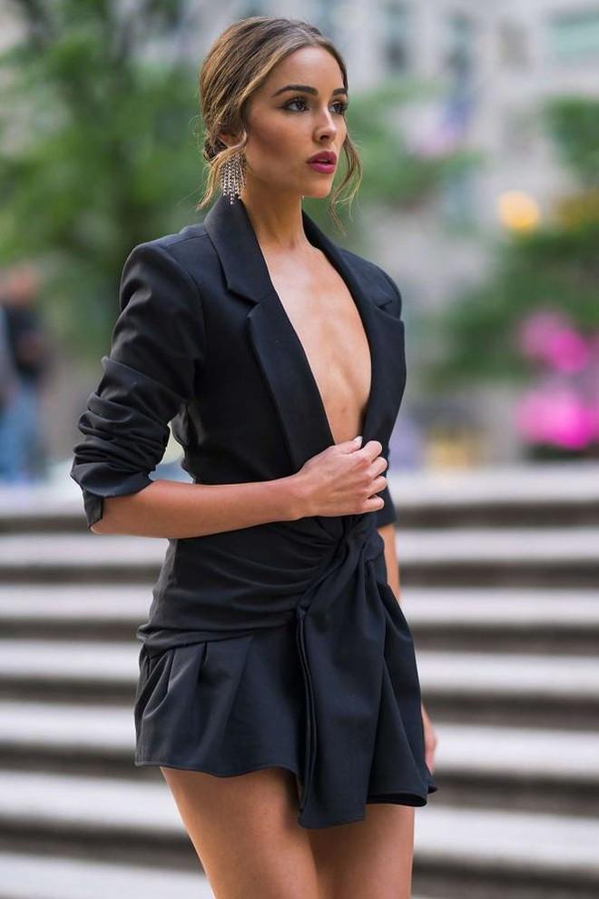 Olivia Culpo phải liên tục giữ áo vì hớ hênh không nội y dạo phố   - Ảnh 6.