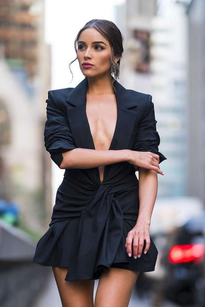 Olivia Culpo phải liên tục giữ áo vì hớ hênh không nội y dạo phố   - Ảnh 7.