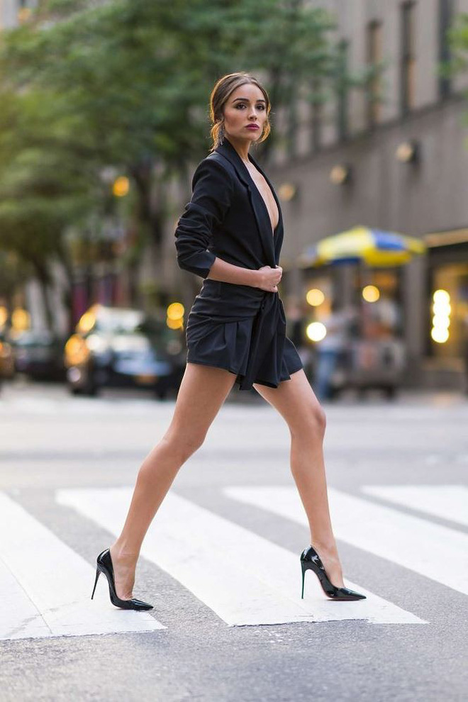 Olivia Culpo phải liên tục giữ áo vì hớ hênh không nội y dạo phố   - Ảnh 9.