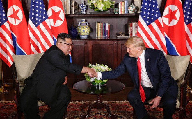 Nhiều lần bắt tay, ông Trump đều là người chủ động mời ông Kim nắm lấy tay mình