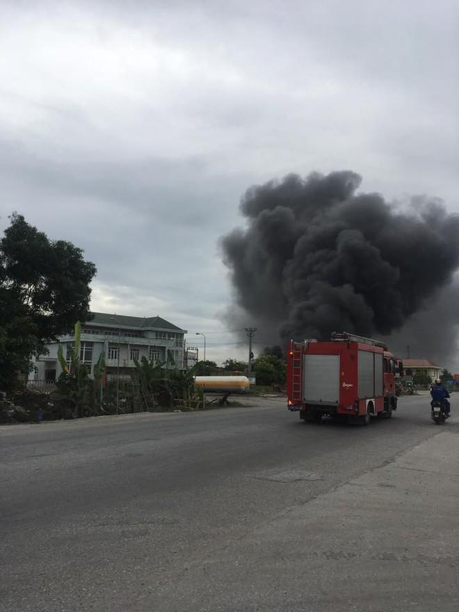 Cháy lớn tại nhà xưởng, cột khói đen bốc cao hàng trăm mét - Ảnh 6.