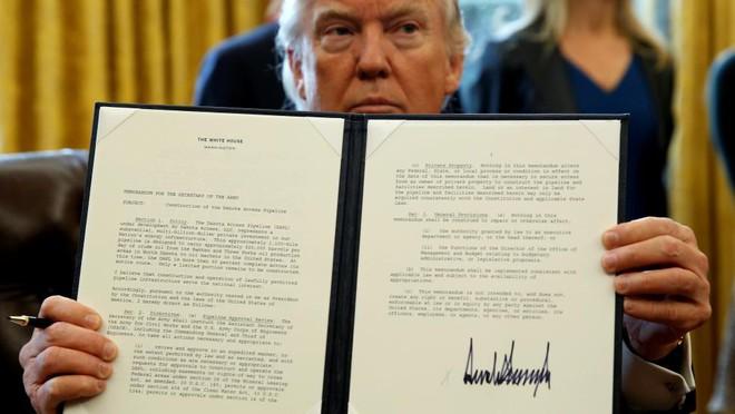 Dân mạng phát hiện sự trùng hợp thú vị giữa cổng chào khủng nhất Việt Nam và chữ kí ông Donald Trump - Ảnh 4.