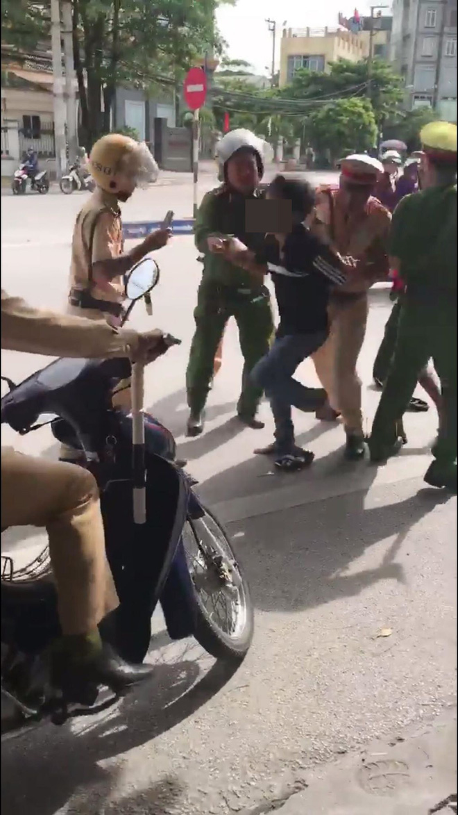 Bị thổi phạt, người đàn ông chống đối rồi chửi CSGT đầy tục tĩu - Ảnh 1.