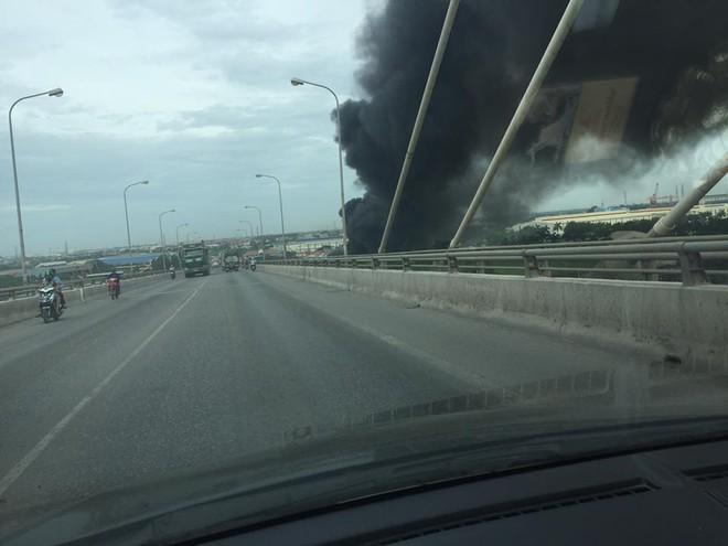 Cháy lớn tại nhà xưởng, cột khói đen bốc cao hàng trăm mét - Ảnh 1.