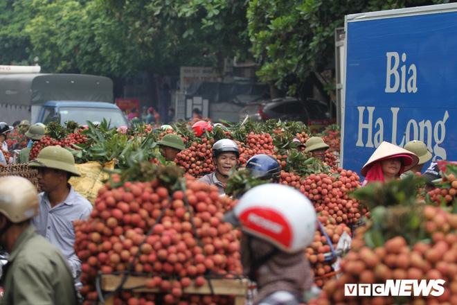 Ảnh: Dân Bắc Giang xếp hàng cả tiếng đồng hồ chờ cân vải - Ảnh 1.