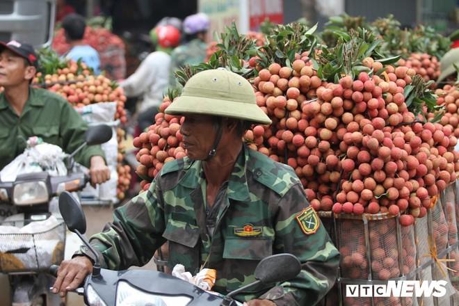 Ảnh: Dân Bắc Giang xếp hàng cả tiếng đồng hồ chờ cân vải - Ảnh 5.