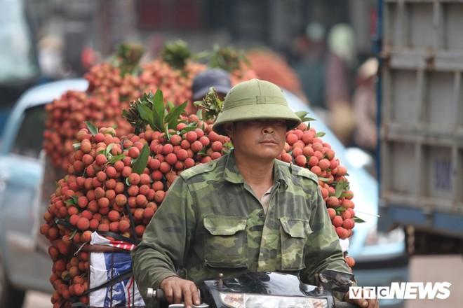 Ảnh: Dân Bắc Giang xếp hàng cả tiếng đồng hồ chờ cân vải - Ảnh 6.