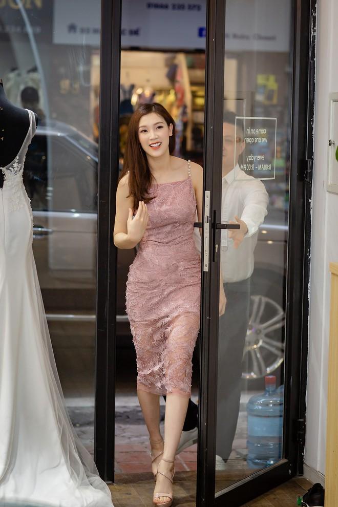 Hoa hậu Áo dài 2018 được chồng đưa đón bằng xe sang - Ảnh 3.