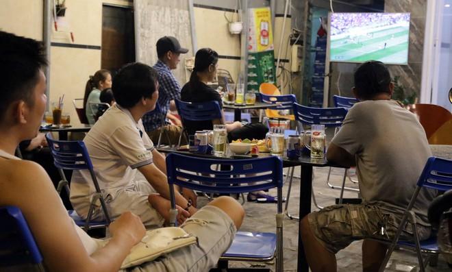 Dân Sài Gòn kéo nhau ra quán cà phê, quán nhậu vừa uống bia vừa xem World Cup 2018 - Ảnh 6.