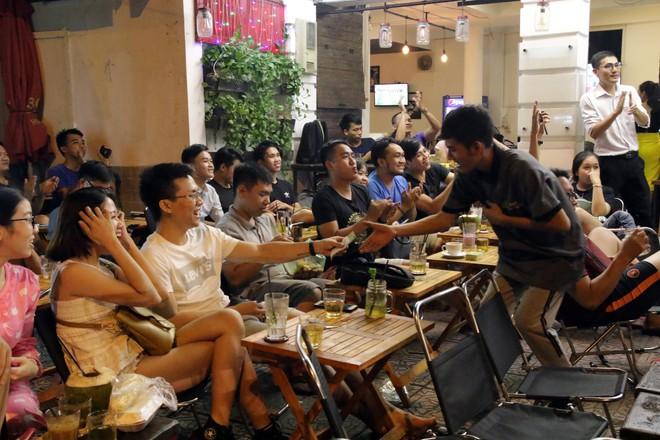 Dân Sài Gòn kéo nhau ra quán cà phê, quán nhậu vừa uống bia vừa xem World Cup 2018 - Ảnh 12.
