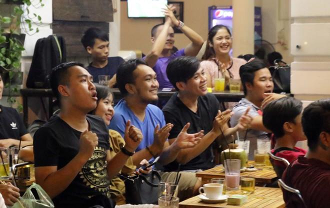 Dân Sài Gòn kéo nhau ra quán cà phê, quán nhậu vừa uống bia vừa xem World Cup 2018 - Ảnh 14.