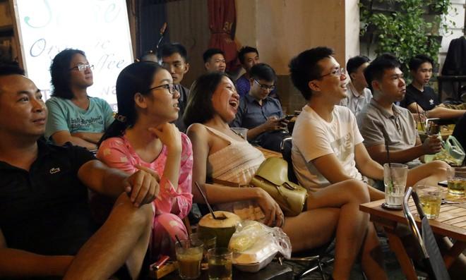 Dân Sài Gòn kéo nhau ra quán cà phê, quán nhậu vừa uống bia vừa xem World Cup 2018 - Ảnh 13.