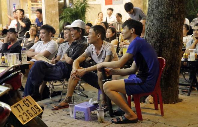 Dân Sài Gòn kéo nhau ra quán cà phê, quán nhậu vừa uống bia vừa xem World Cup 2018 - Ảnh 4.