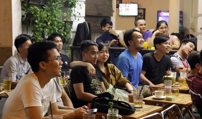 Dân Sài Gòn kéo nhau ra quán cà phê, quán nhậu vừa uống bia vừa xem World Cup 2018 - Ảnh 11.