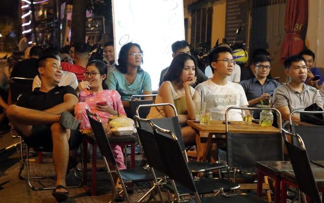 Dân Sài Gòn kéo nhau ra quán cà phê, quán nhậu vừa uống bia vừa xem World Cup 2018 - Ảnh 5.