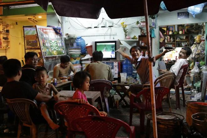 Dân Sài Gòn kéo nhau ra quán cà phê, quán nhậu vừa uống bia vừa xem World Cup 2018 - Ảnh 7.