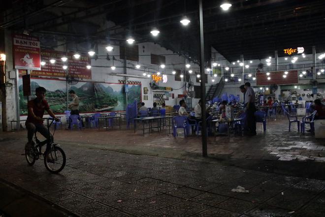 Dân Sài Gòn kéo nhau ra quán cà phê, quán nhậu vừa uống bia vừa xem World Cup 2018 - Ảnh 10.