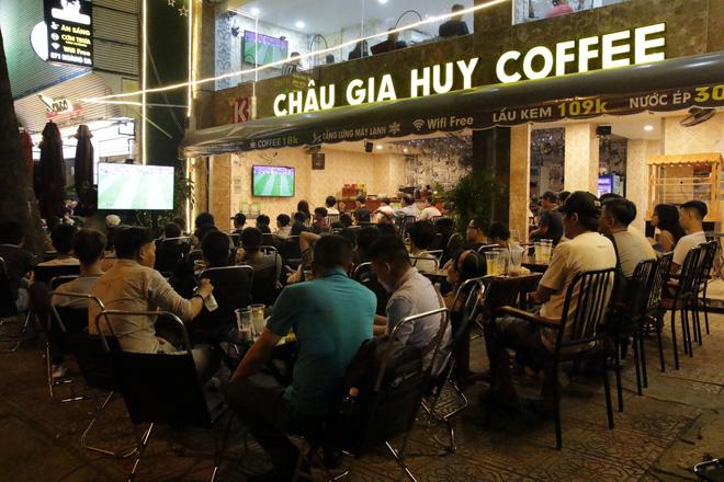 Dân Sài Gòn kéo nhau ra quán cà phê, quán nhậu vừa uống bia vừa xem World Cup 2018 - Ảnh 2.