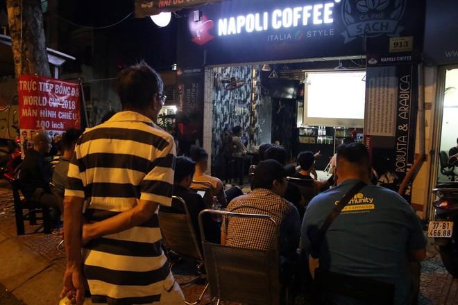Dân Sài Gòn kéo nhau ra quán cà phê, quán nhậu vừa uống bia vừa xem World Cup 2018 - Ảnh 3.