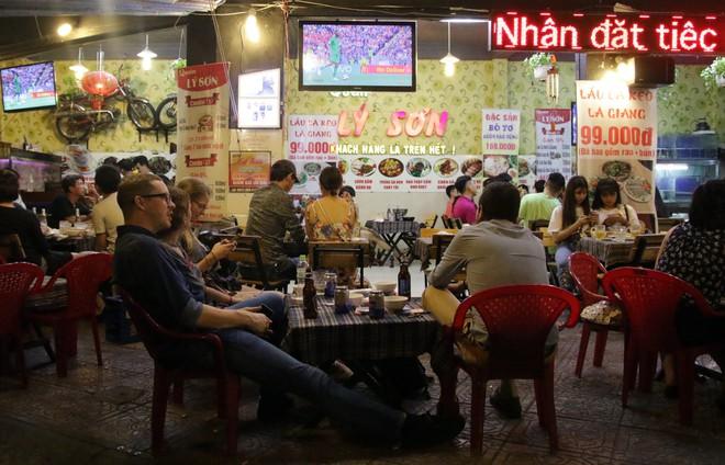 Dân Sài Gòn kéo nhau ra quán cà phê, quán nhậu vừa uống bia vừa xem World Cup 2018 - Ảnh 8.